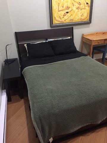 Sunny Room in Verdun - Montréal - Casa