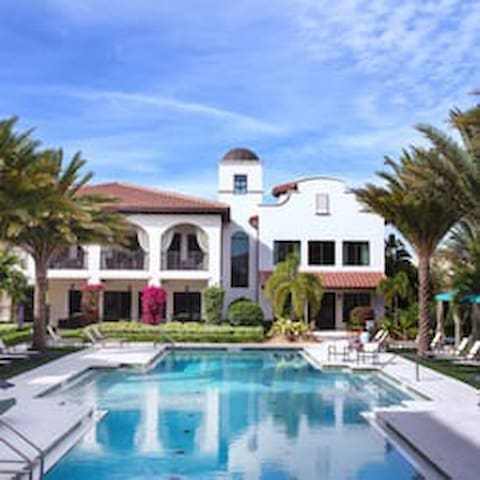 A Luxury Poolside Getaway Apartments For Rent In Boca Raton Florida United States