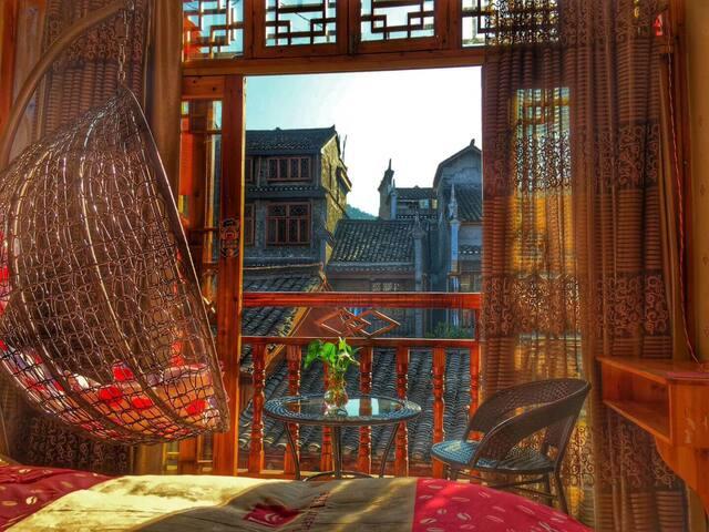 凤凰古城西门城楼二楼独层双阳台三卧室-近沈从文故居-体验湘西风土人情