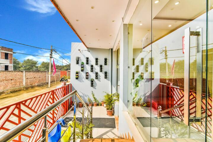 Couple Friendly Rooms@Greater Noida | Pari Chowk