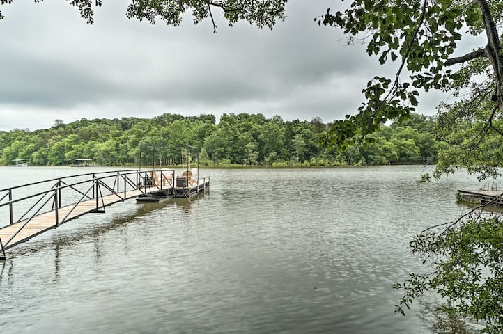 Waterfront Cottage on Lake Hartwell w/ Deck & Dock