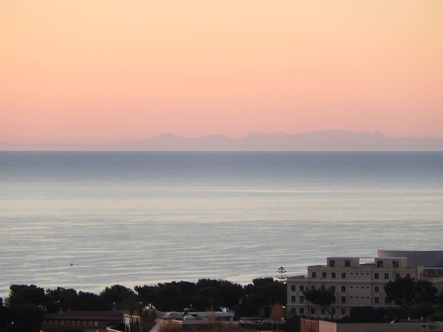 """Vue sur la """"Corse"""" depuis la terrasse (assez tôt le matin et par temps dégagé)"""