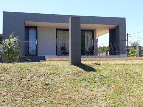 Casa moderna estilo minimalista muy luminosa
