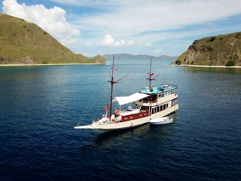 Cruise on gorgeous Indonesian Phinisi Boat