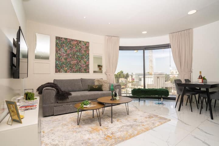 Huge sunny Balcony, 2 Bedrooms on Jaffa Street