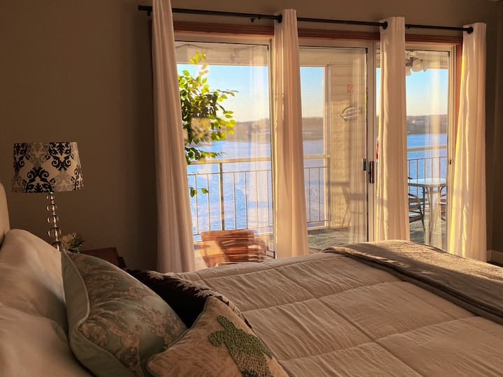 Stylish Lakefront, King Bed Suite, Sunset View