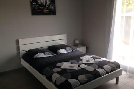 Chambre (V) + petit dej+garage+WIFI - Crévéchamps