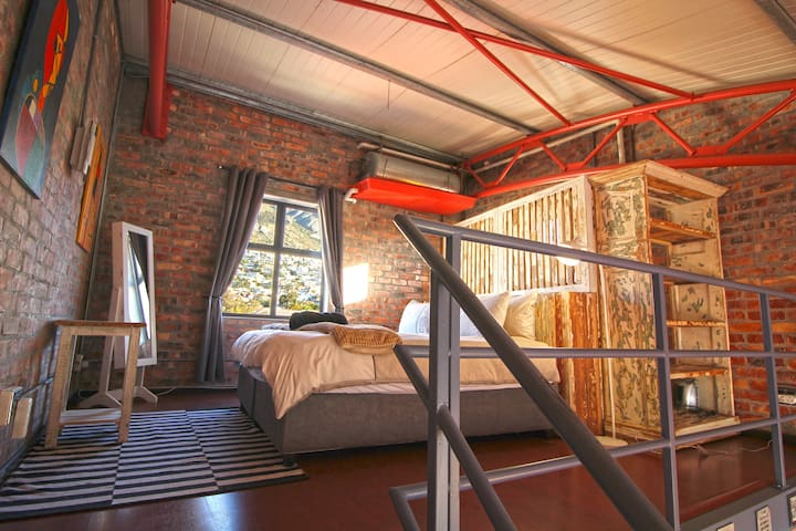 Perfectly Located Loft Studio With Ocean Views - Cape Town