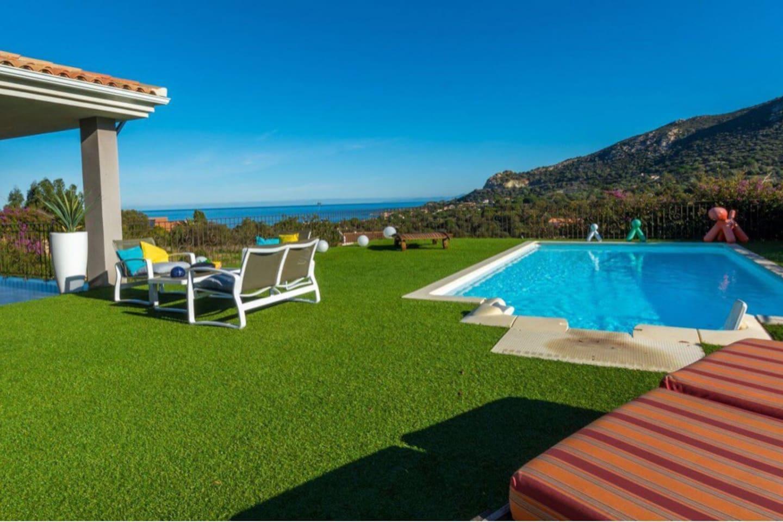 La terrasse avec sa vue mer et montagne