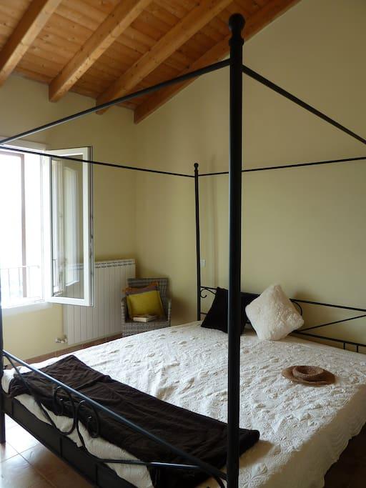 Das größere Schlafzimmer, Bett 1,80x2m, herrlicher Blick.