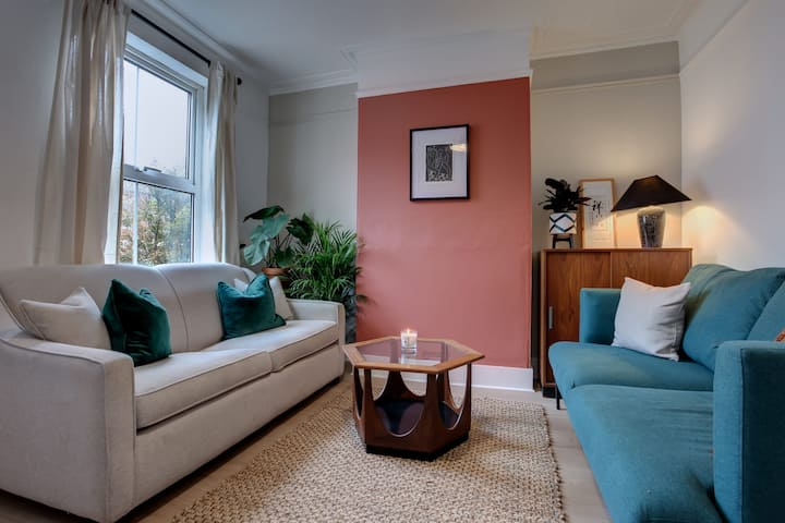 Ideal for contractors discounted longer stays  Designer city centre home with free parking