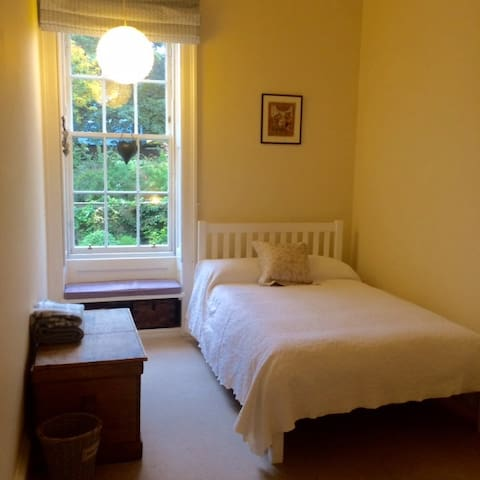 LOVELY 3 quarter double bedroom - cute as a button