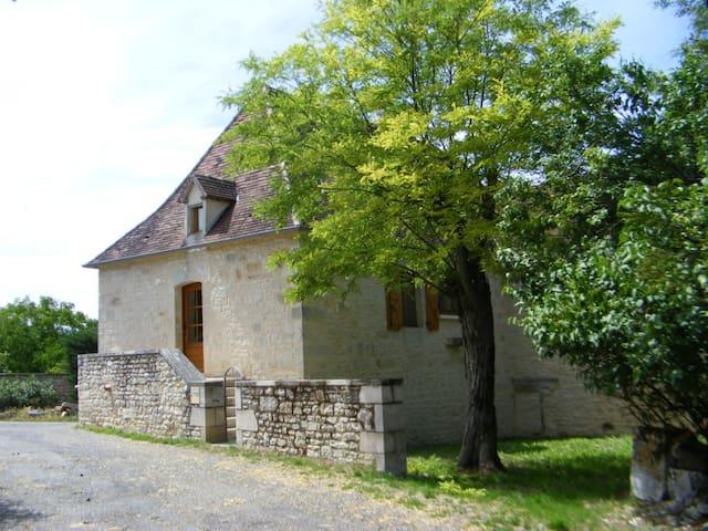 Très belle maison en pierres à BEAUMAT