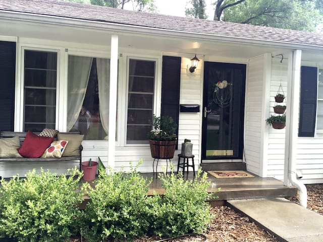 Large 2 Bdrm close to the Plaza - Roeland Park - Ev