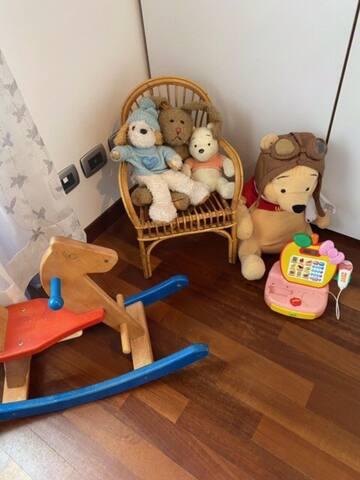 L!angolo dei giochi . . Eventualmente ne abbiamo altri a casa dei nonni, nell'appartamento sotto al nostro .