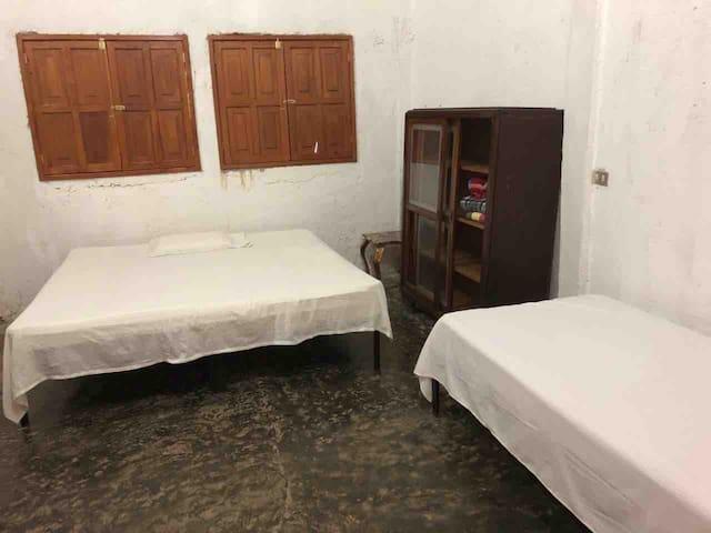 Dormitorio con 1 cama King y 1 cama imperial