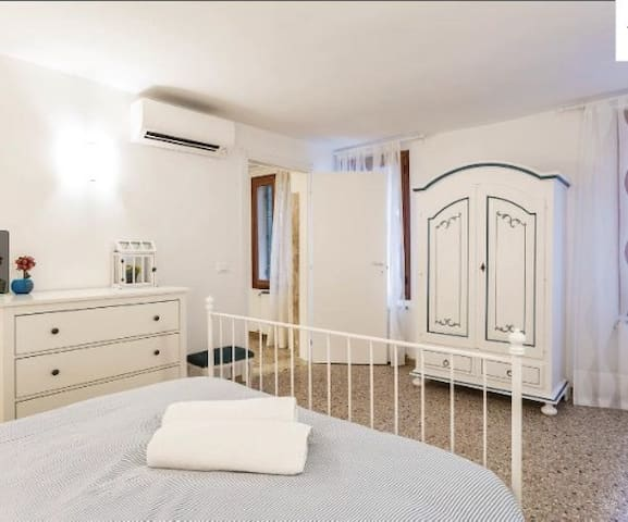 Central, new and spacious flat! - Venezia - House