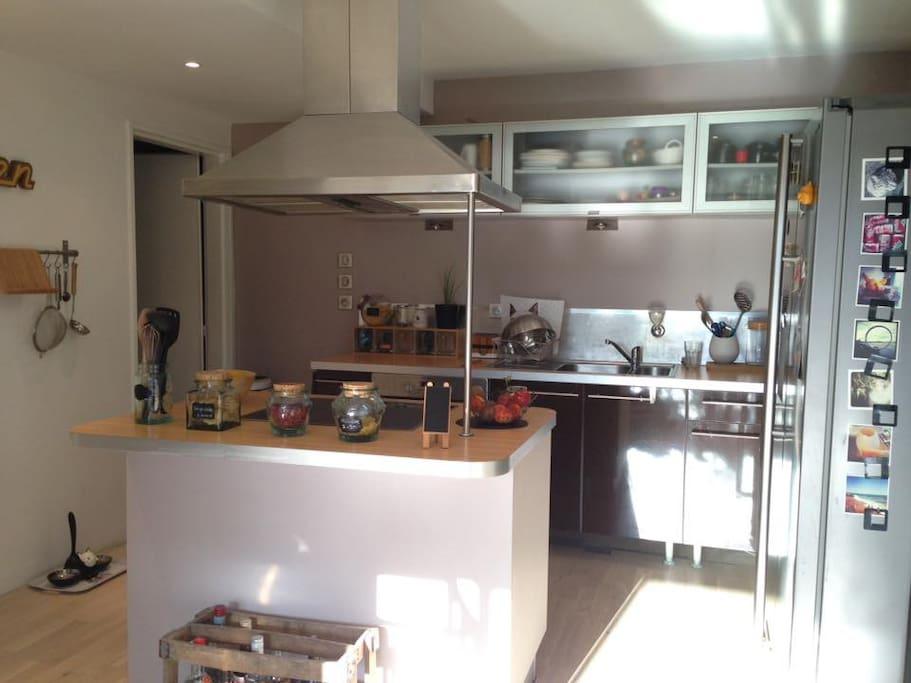 Cuisine équipée accessible (Four, plaque, micro-onde, refrigérateur)