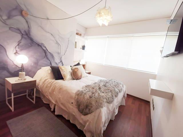 Acogedor dormitorio con cama 2 plazas; 4 almohadones; closet; TV cable (Netflix); puerto USB y porta maletas.