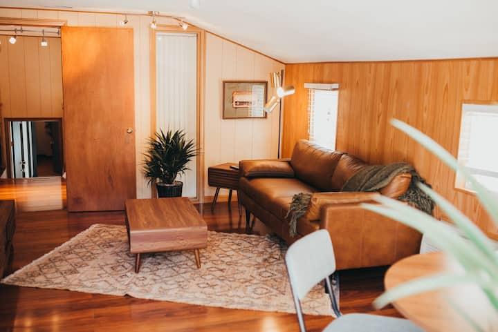 Modern-MidCentury Grand Loft Suite