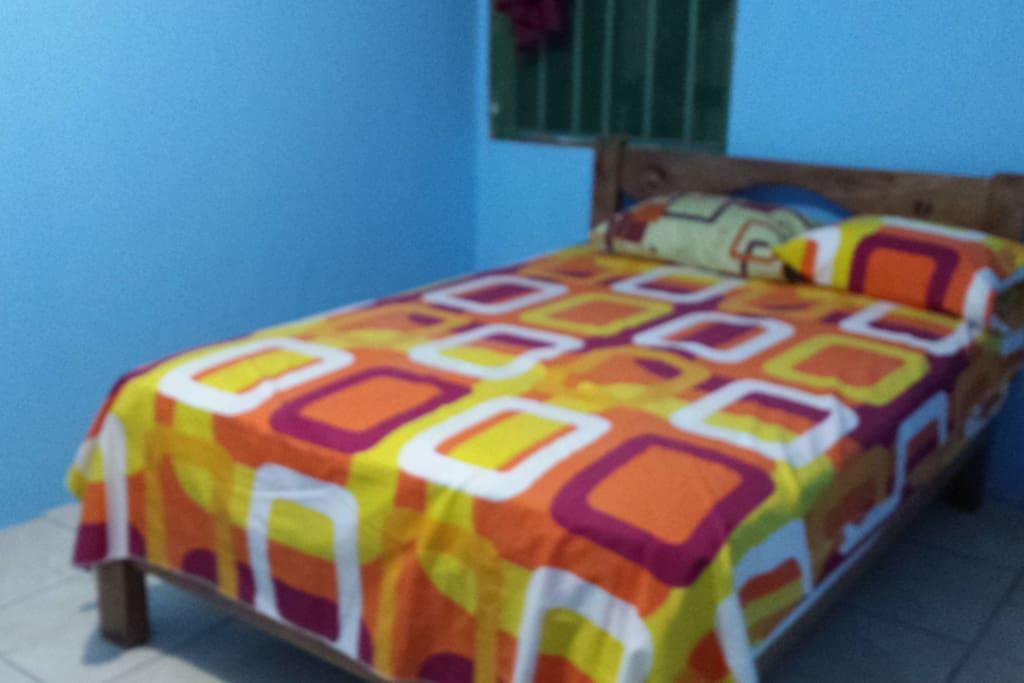 Cuarto con una cama matrimonial y baño