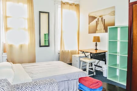 Large and bright room 15 min away from Manhattan