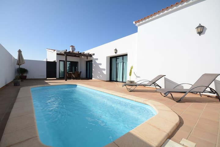 Beautiful spacious villa with heated pool Lajares