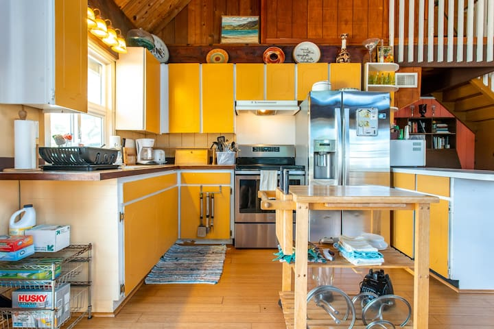 Waking up to this colorful kitchen isn't such a bad way to go...