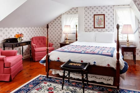 Premium Queen in Historic Inn/Bar/Music Venue - Williamstown