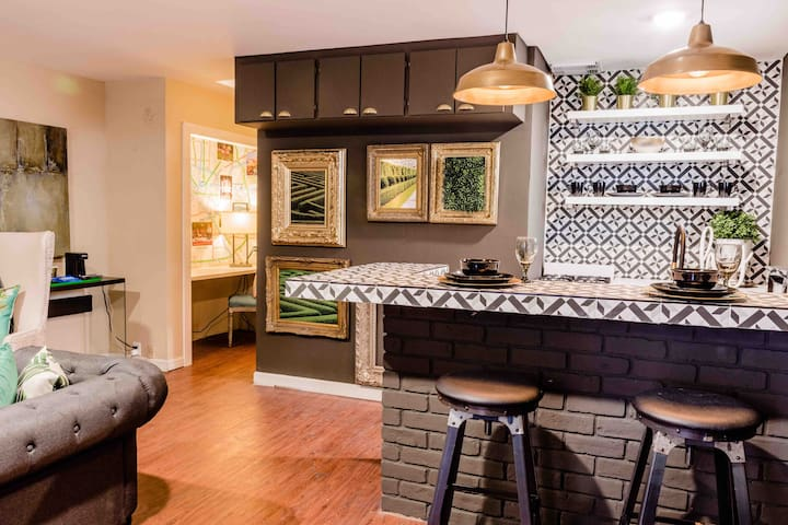 Charming and cozy apartment in artistic montrose!