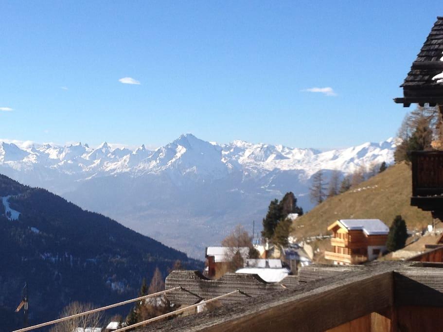 Vue depuis le balcon sur les alpes Bernoises et la vallée du Rhône.