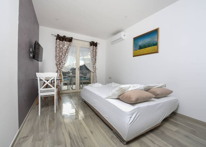 Sea Point I - Studio with Balcony and Sea View