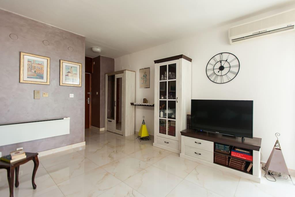 Living area, flat TV, A/C, entrance