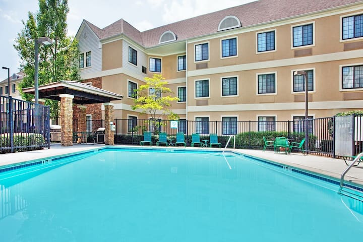 Deluxe Studio in the Heart of the Business District   Free Daily Breakfast + Outdoor Pool