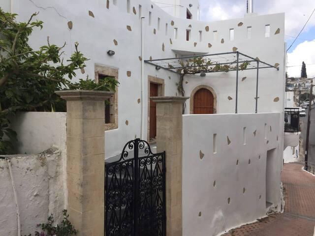 TSOUGRAKIA HOUSE
