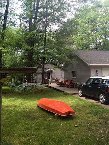 Arbutus Lake area dog friendly cozy cabin $95 - Traverse City - House