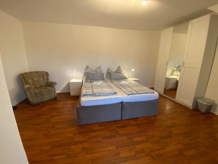Schönes, helles Doppelbettzimmer mit Wifi