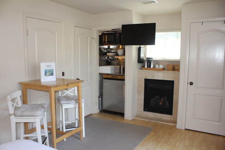 Fireplace, Cable HDTV w/ OnDemand, Refrigerator,  microwave, hot plate, coffee maker and ice maker. Fill up the cooler with ice for a sunset picnic on the beach