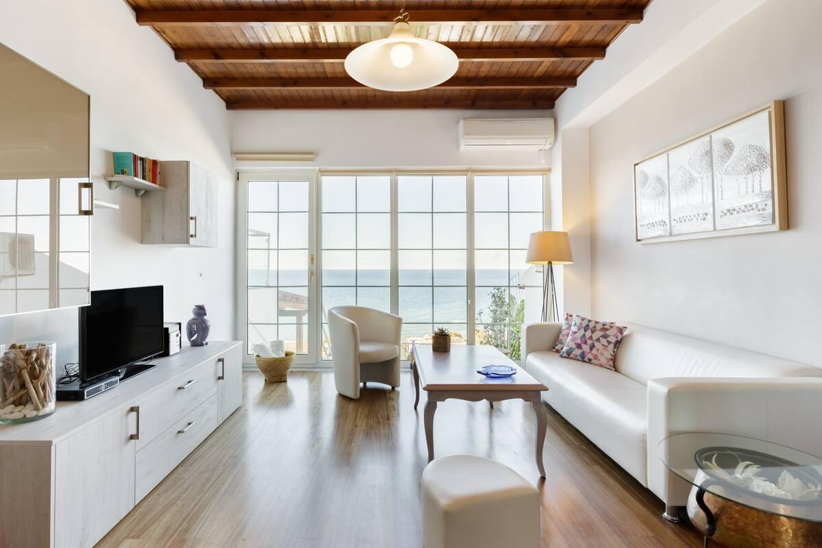 Μονοκατοικία με έντονη παρουσία ξύλου και εκπληκτική θέα στη θάλασσα