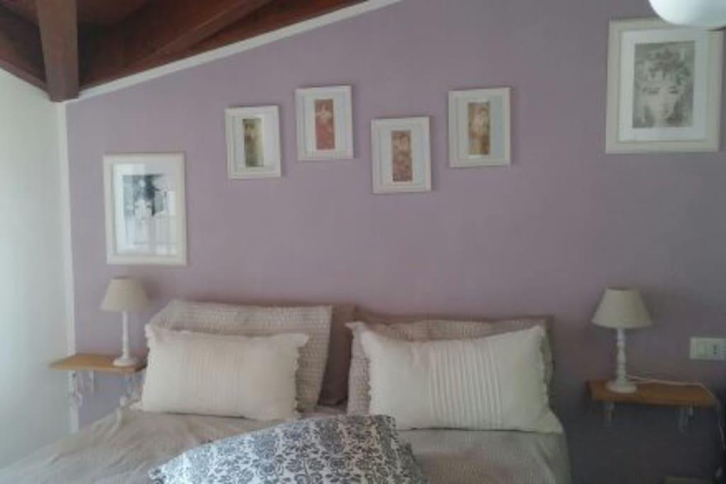 La camera da letto è romantica e completamente arredata con la possibilità di sistemare i propri abiti in un grande sofà.