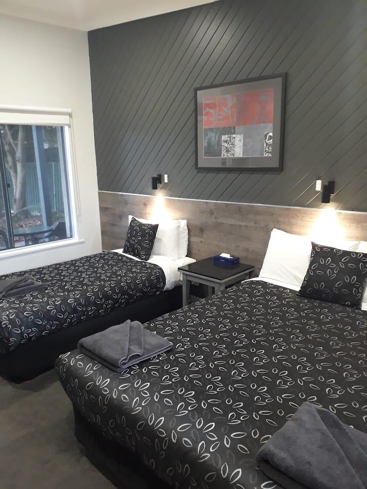 Motel24seven - Twin Room  -  汽车旅馆双床间 - 大号床+单人床