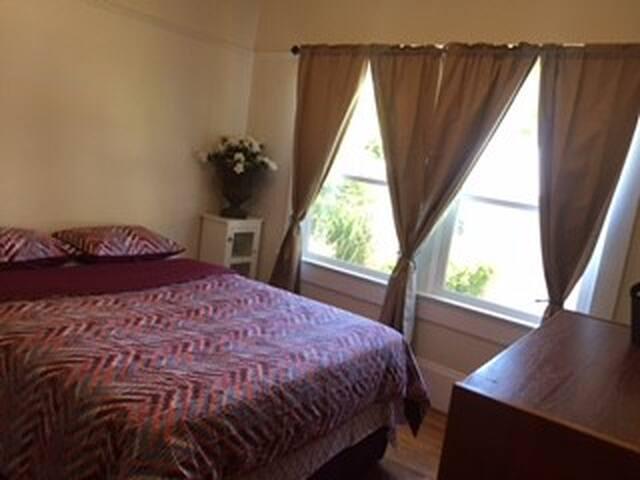 Quiet Family Queen Size bedroom