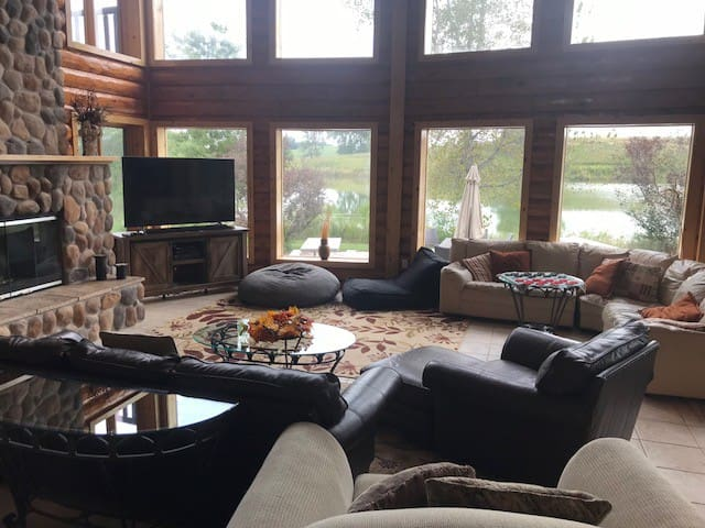 Private lake, lodge & 23 acres south of Des Moines