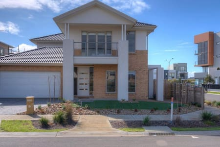 WYNDHAM BEACHSIDE VILLA - Sleeps 14, WI-FI + LINEN - Werribee South