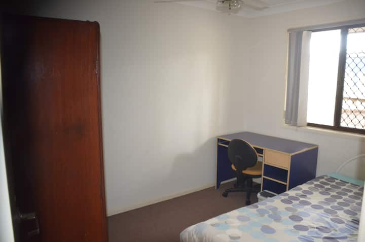 Cheap rate, close to airport and public transport