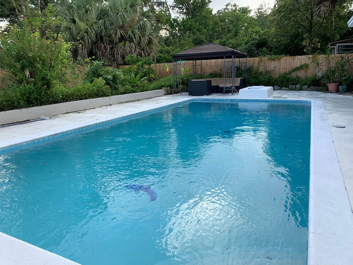 Cozy Colby Pool resort Close to Downtown & airport