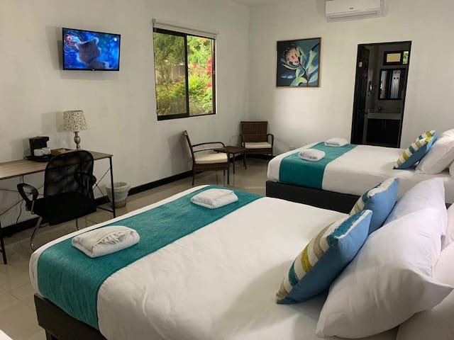 Private Room + WiFi, A/C, Pool, Jacuzzi & Gardens