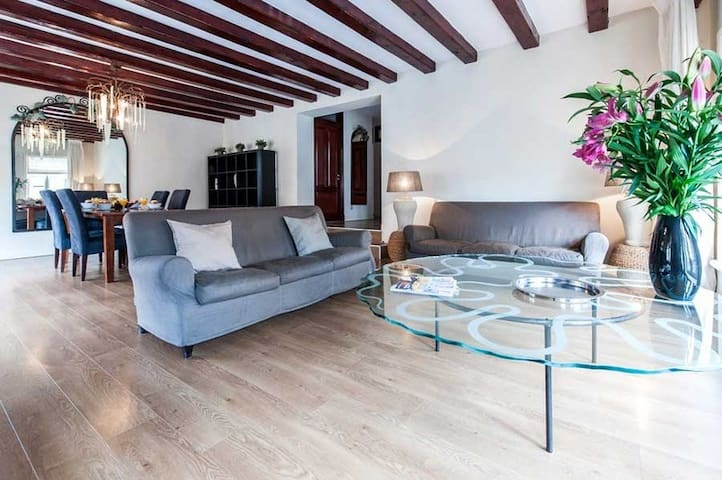 2-bedroom apartment for 4 pers located in the vibrant Leidseplein area for a minimum of 7+ nights.