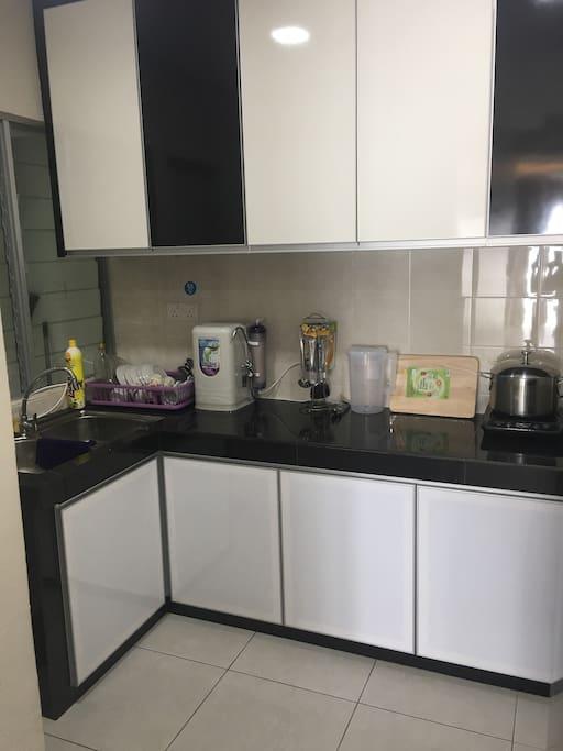 厨房备有基本餐具、电池炉、电饭煲,电水壶、滤水机、冰箱等,租户可在此煮食。