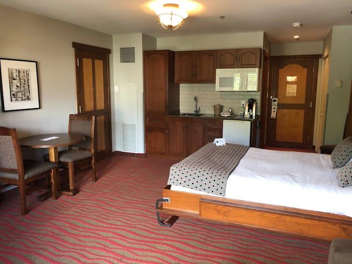 Chambre d'hôtel Lit Murphy ,avec cuisinette, situé dans le village piétonnier